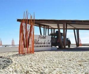 玻利维亚一酒店用100万盐块建造 禁止舔墙